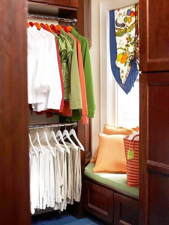 Дизайн гардеробной комнаты с банкеткой у окна