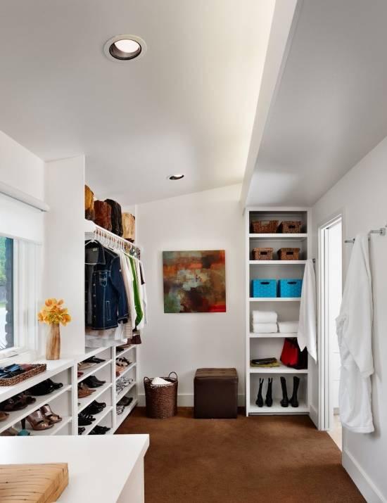 Просторная гардеробная комната из кладовки