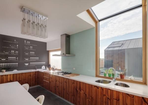 Необычное стильное оформление стен кухни