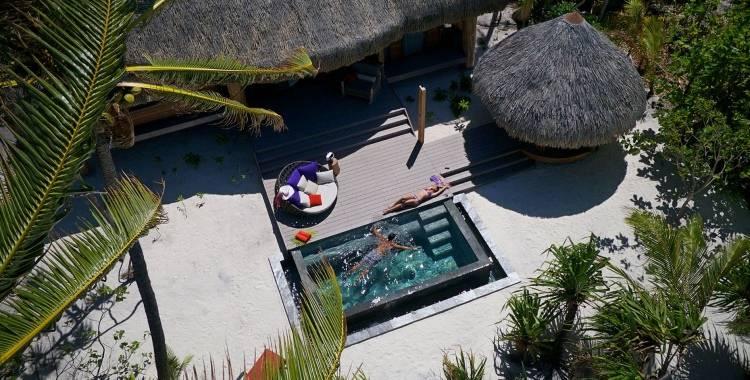 Терраса с бассейном в отеле The Brando