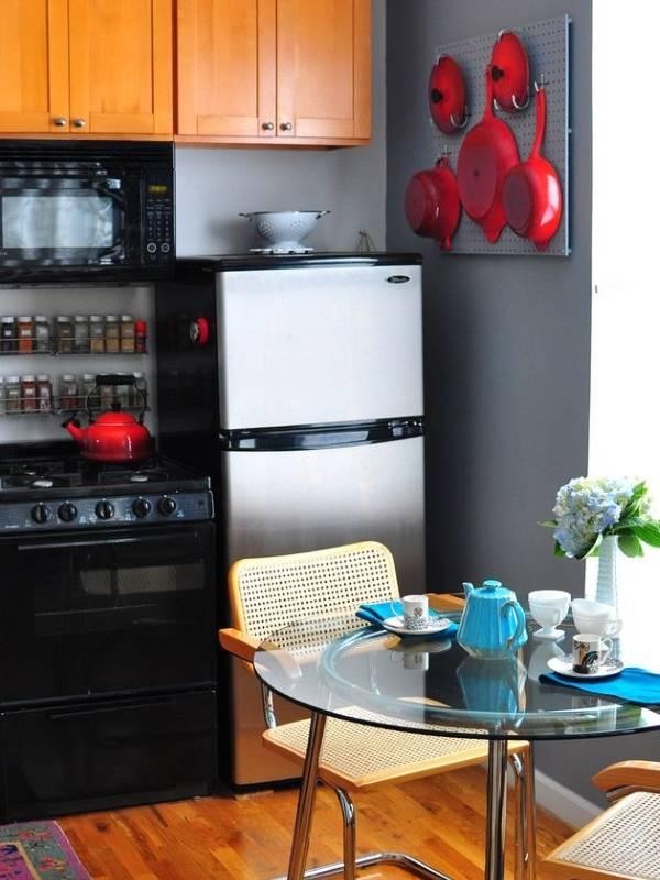 Идея для подвешивания посуды на стены кухни