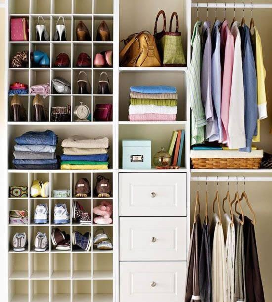 Идея для хранения обуви в гардеробной комнате