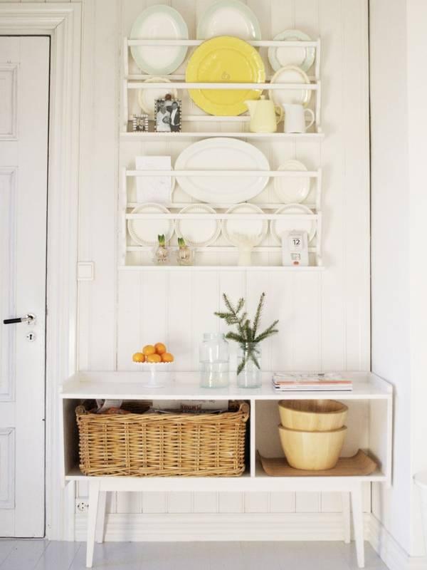 Полки с посудой как декор стен кухни