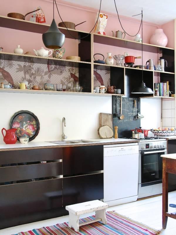 Коллекция посуды как декор стен кухни