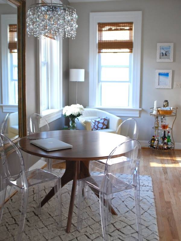 Прозрачные стулья и деревянный стол