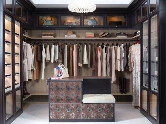 Необычный дизайн гардеробной комнаты для девушки