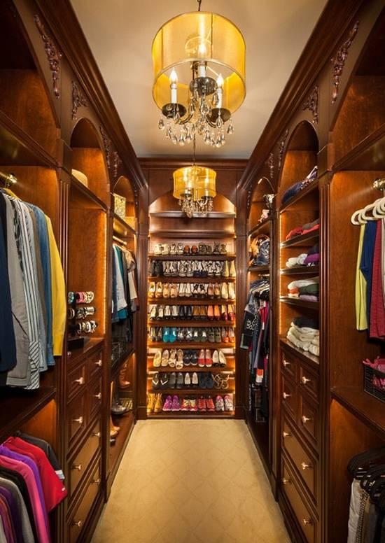 Люстра и подсветка в дизайне гардеробной комнаты