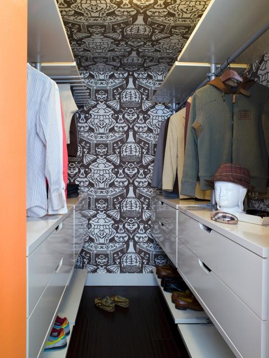 Маленькая гардеробная комната с яркими обоями