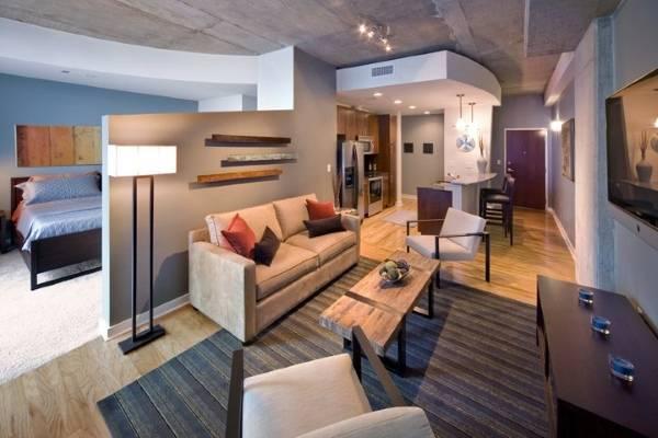 Стильный дизайн потолков в квартире студии