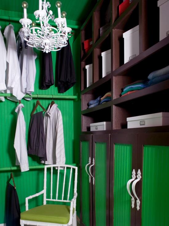 Стильный дизайн маленькой гардеробной комнаты