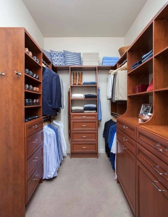 Удобная гардеробная комната из кладовки