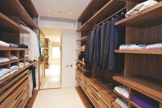 Удобная мебель и полки для гардеробной комнаты