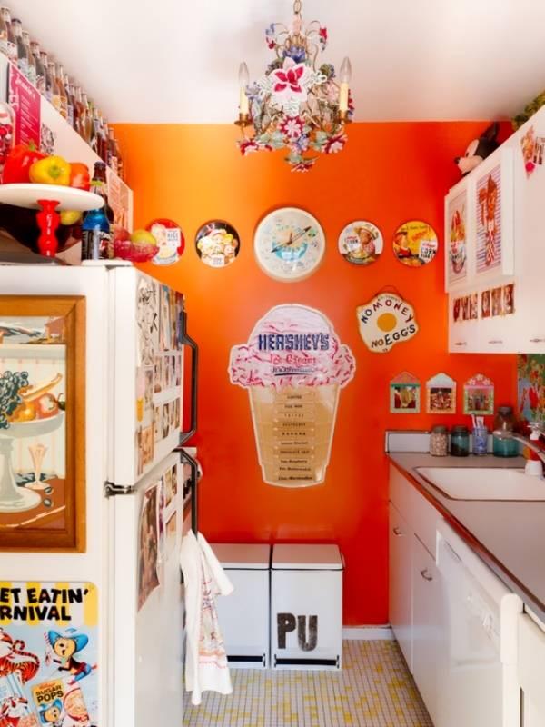 Яркий декор стен на маленькой кухне