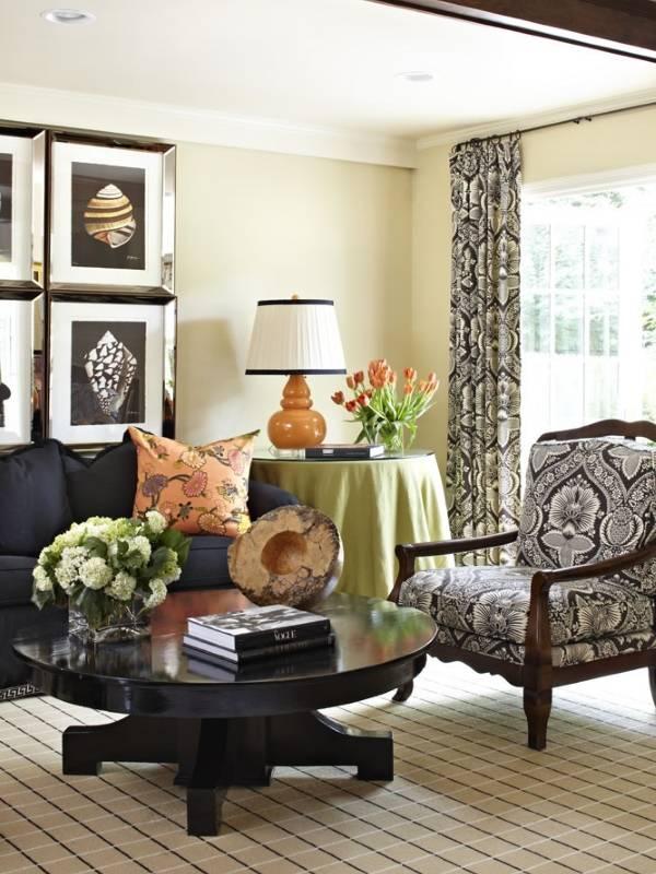 Украшение гостиной с настольной лампой