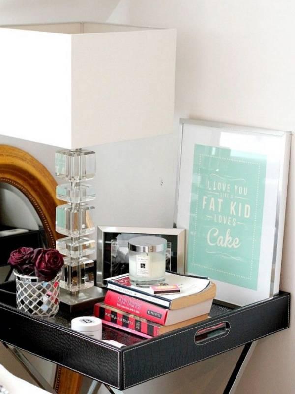 Декор стола с настольной лампой