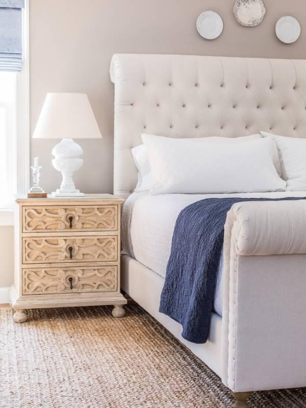 Настольная лампа в красивом дизайне спальни