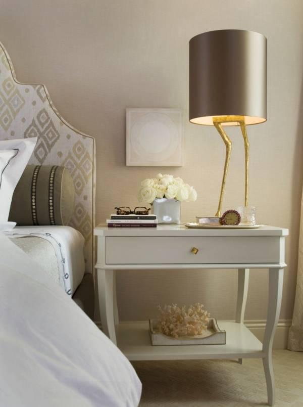 Эксклюзивная настольная лампа на столике у кровати