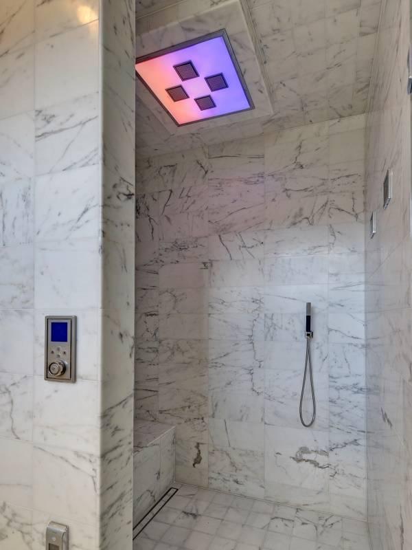 Функциональный душ с мраморной плиткой