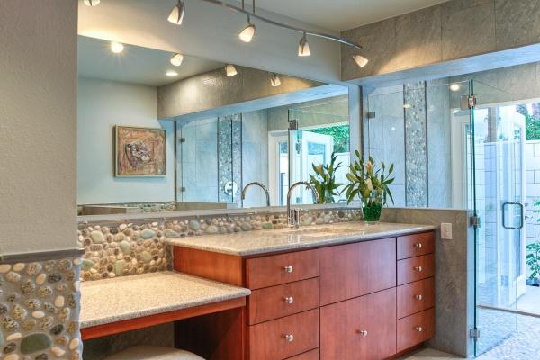 Камень галька на стенах в ванной