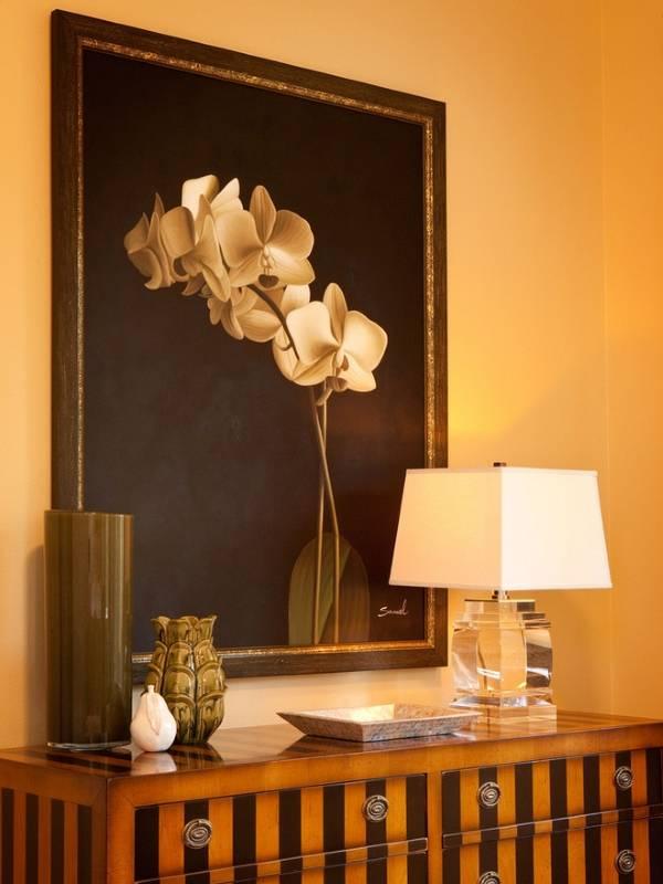 Декор и лампа на столике у стены