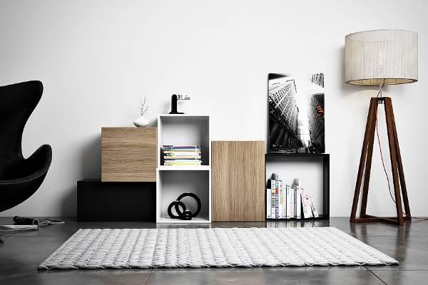 Модульные полки на полу в стильной гостиной