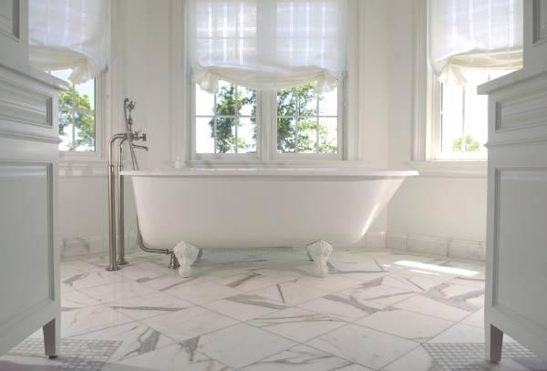 Мраморная напольная плитка в ванной