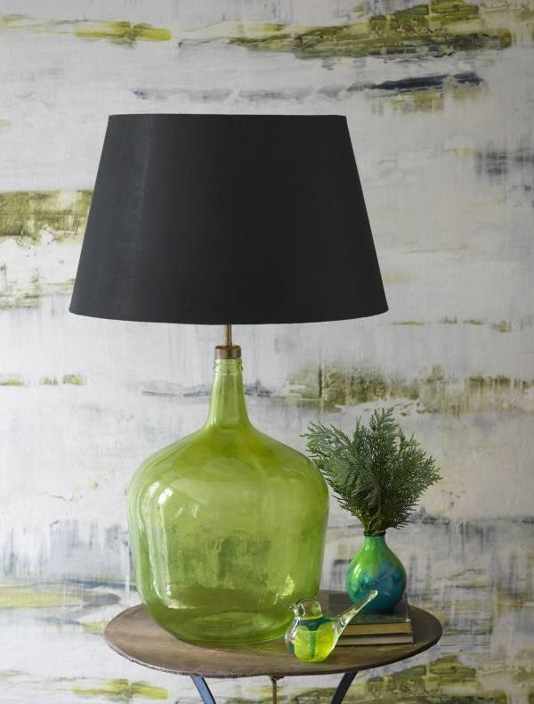Стеклянная настольная лампа с черным абажуром