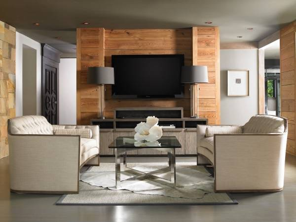 Современный дизайн гостиной с настольными лампами