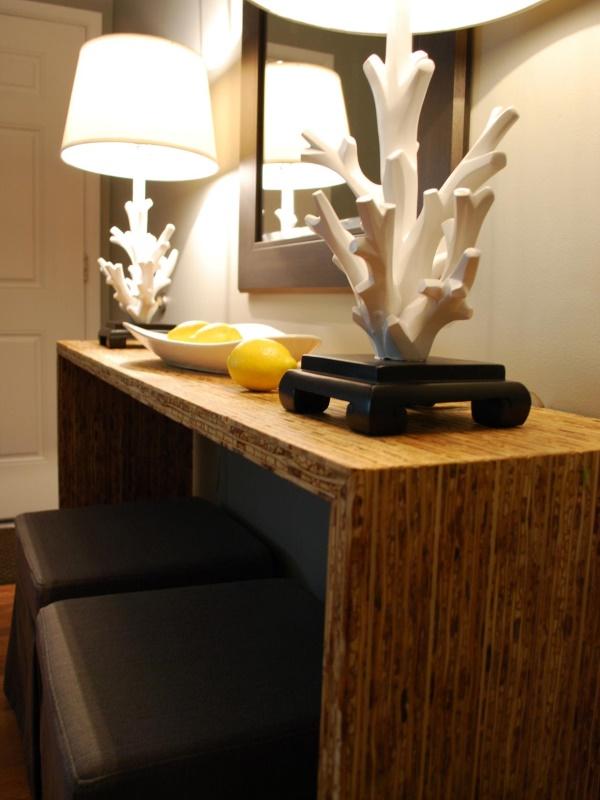 Боковой столик с настольными лампами