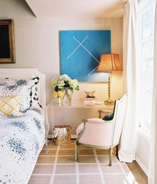 Оригинальный дизайн спальни: столик с лампой