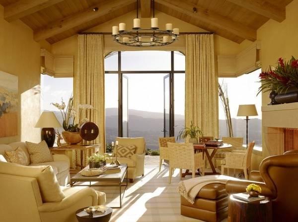 Овальная настольная лампа в большой гостиной