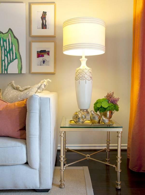 Роскошная настольная лампа на низком столике