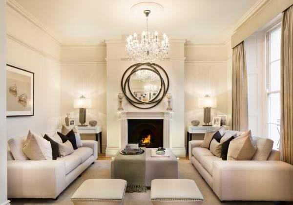 Яркие настольные лампы по бокам камина в гостиной