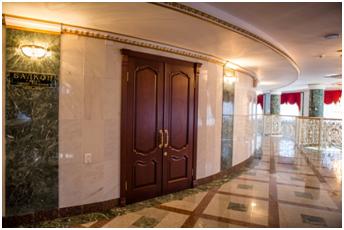 Деревянные двери Марийского театра оперы и балета им. Сапаева в г. Йошкар-Ола
