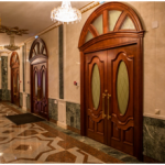 Деревянные двери фото дверей в Марийском театре