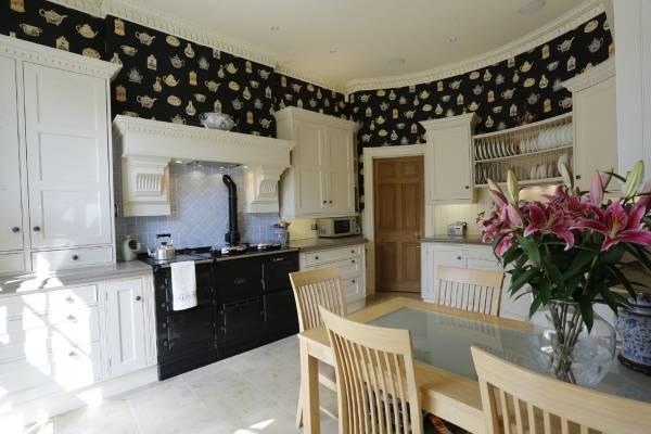 Черные обои и белая мебель на кухне