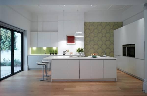 Дизайн кухни с обоями в современном стиле