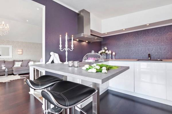 Фиолетовые обои на кухню