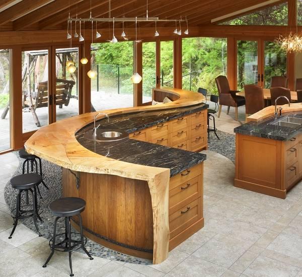 Неокрашенное дерево и мрамор - дизайн кухни 2015