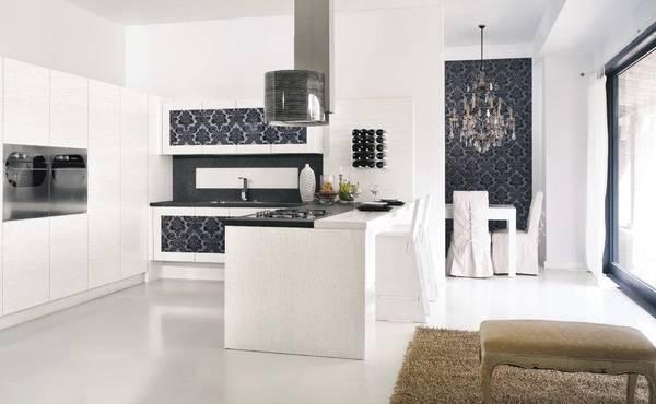Современная кухня с обоями в стиле luxury