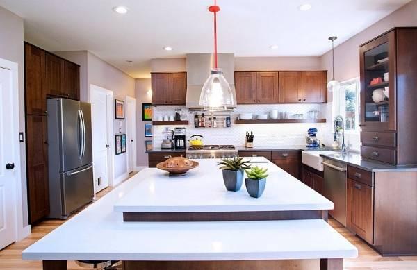 Кухонная мебель в стиле шейкер и яркие светильники