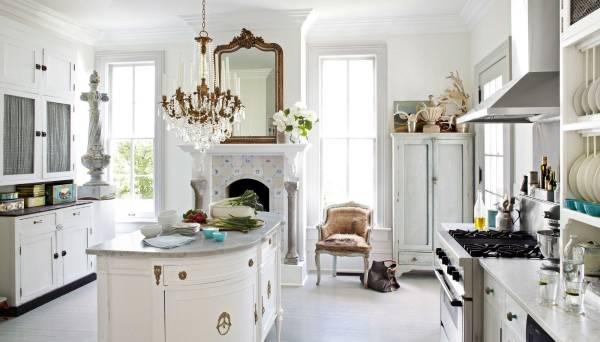 Кухня в скандинавском стиле с роскошной люстрой и декором