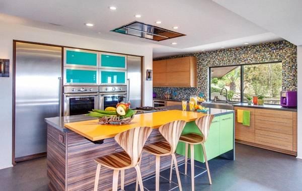 Необычная мебель и яркий декор в дизайне кухни