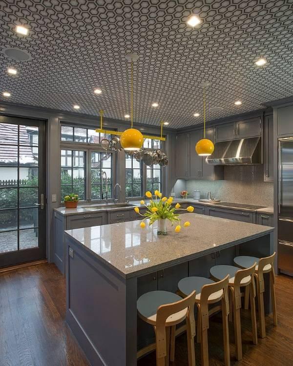Обои на потолок в дизайне кухни
