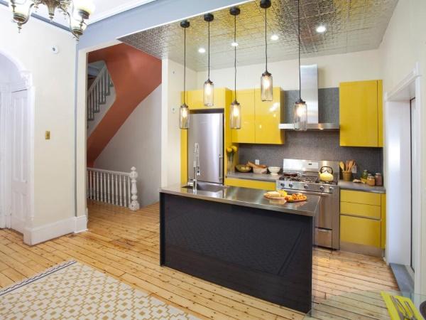 Обои с имитацией плитки на потолке кухни