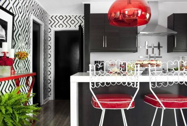 Черно-белые обои в дизайне кухни