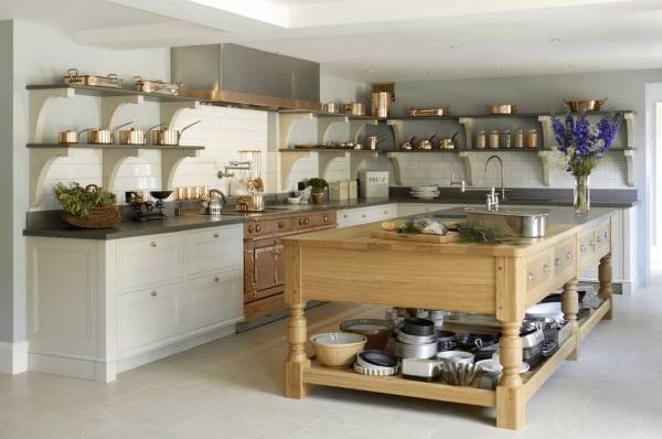 Открытые полки медная посуда в дизайне кухни