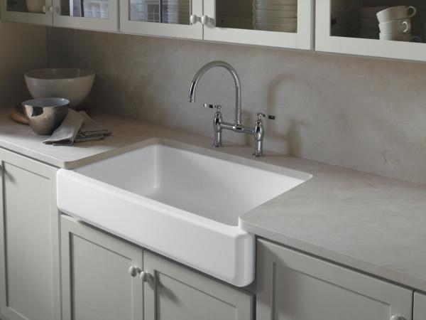 Встроенная раковина и серая мебель в дизайне кухни 2015