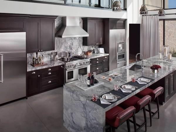 Серый цвет кухни с элементами марсала 2015