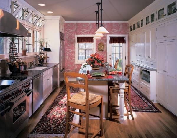 Шикарные розовые обои в дизайне кухни